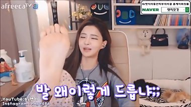 Cute Korean streamer shows her bare sole