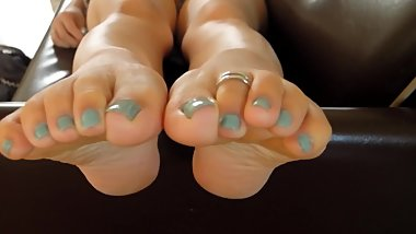 Japanese girl's soles and toe ring (light blue toes)